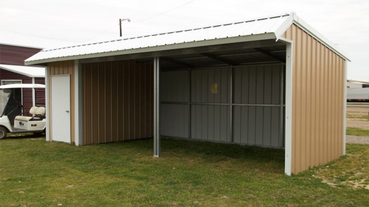 Loafing shed with tack room